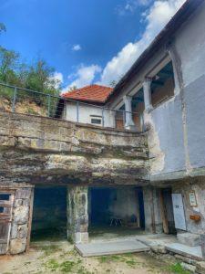 Skalné obydlia Brhlovce